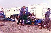 _images/_dvdbonus/mcewen/_thumbs/SM-Archive-McEwen-1971-HW Blue Dragster with Crew and Trailer-JW.jpg